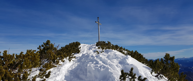 Mit Schneehschuhen auf den Herzogstand: Gipfelkreuz