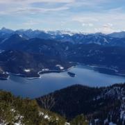 Mit Schneehschuhen auf den Herzogstand: Blick auf Walchensee